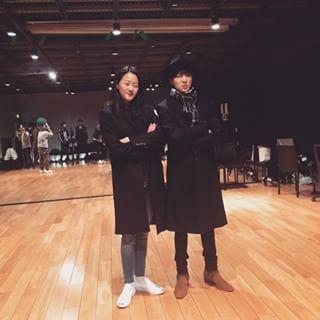 Model Kang Seunghyun and WINNER's Kang Seungyoon in a YG Entertainment choreography training studio. / Instiz