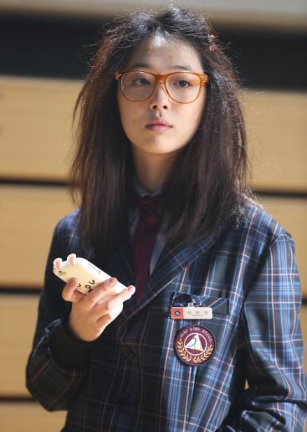 f(x)雪莉為電影犧牲美貌 扮醜變身超邋遢女高中生