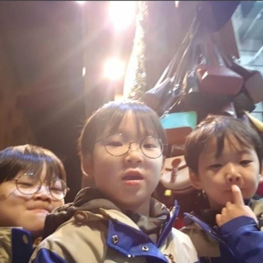 宋一國曬三胞胎近照 三兄弟自拍頑皮十足,香港交友討論區