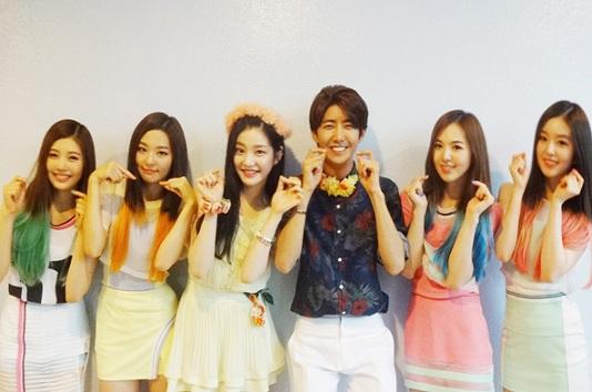 SM娛樂公開Red Velvet後台照 和光熙-INFINITE優鉉俏皮合影