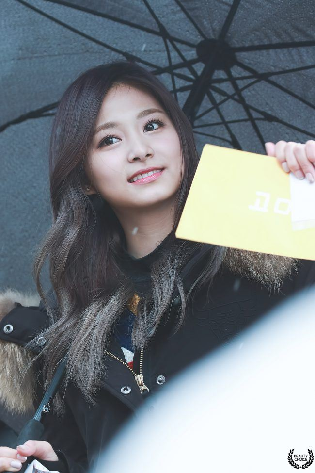The cold doesn't bother Tzuyu's beauty one bit