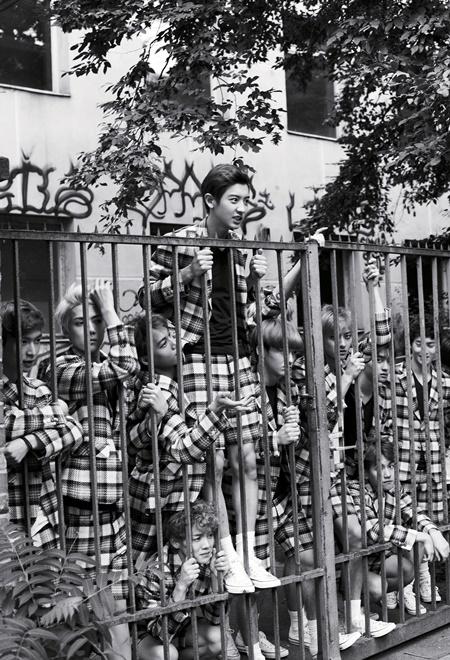 EXO遠赴德國拍首本寫真集 化身異國′禁錮′少年
