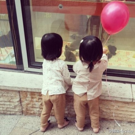 """郑亨敦""""小可爱双胞胎女儿的背影"""