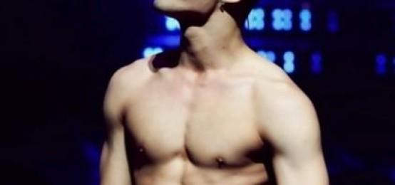 7位男K-POP偶像展示自己的腹肌動圖