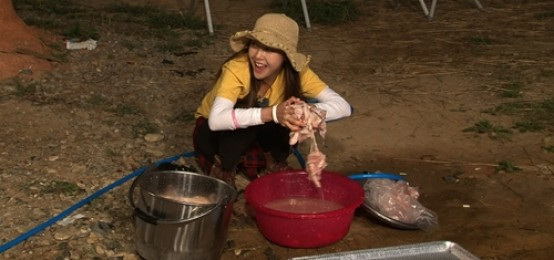 珉雅融入鄉村生活 不戴手套去雞皮