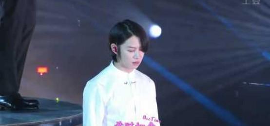 Super junior希澈於演唱時忘了站上升降台的原因是.....他