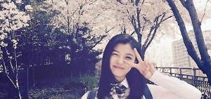 金裕貞在漫天櫻花下,炫耀清新可愛美貌!