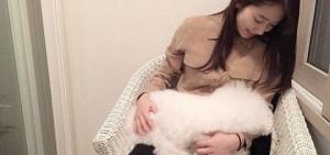 朴信惠與小狗親密照,「對小狗大發慈母胸懷」