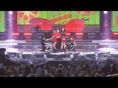 忙內的守護者? Irene舞台上出手解救Yeri,粉絲:這不是第一次!