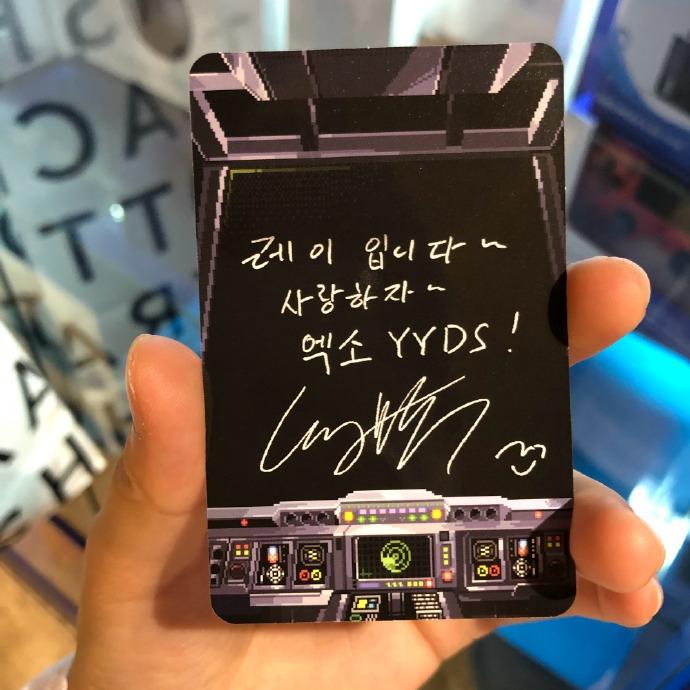"""組圖:文化輸出?張藝興在新專輯小卡上寫""""EXO YYDS"""""""