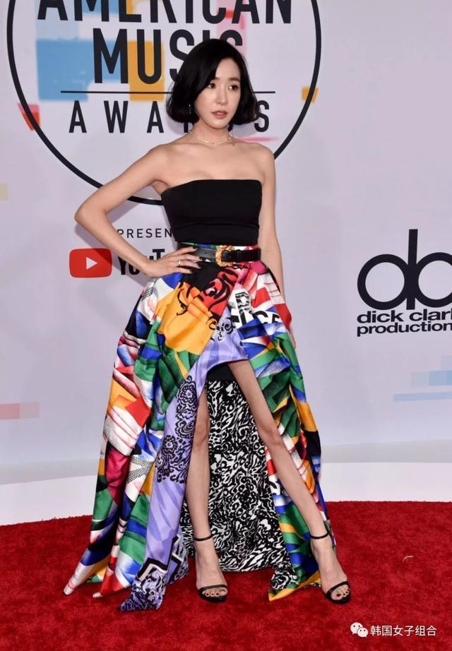 Tiffany抹胸連衣長裙登上紅毯,網友:還是少女時代的腿!