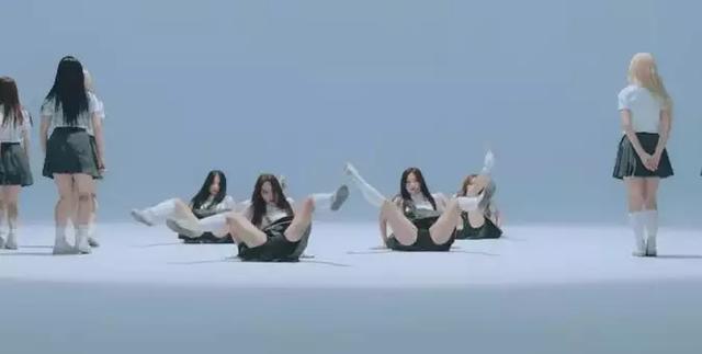 新人女團舞蹈動作被韓網友熱議,韓網友:為什麼要穿裙子!