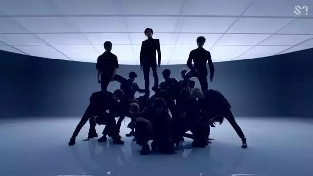 SM編舞讓有腰傷男團成員蹲下被踩背,粉絲要求SM重新編舞!