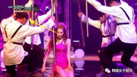 女偶像舞台耳環甩掉,眼神求助男伴舞:歐巴快幫我!