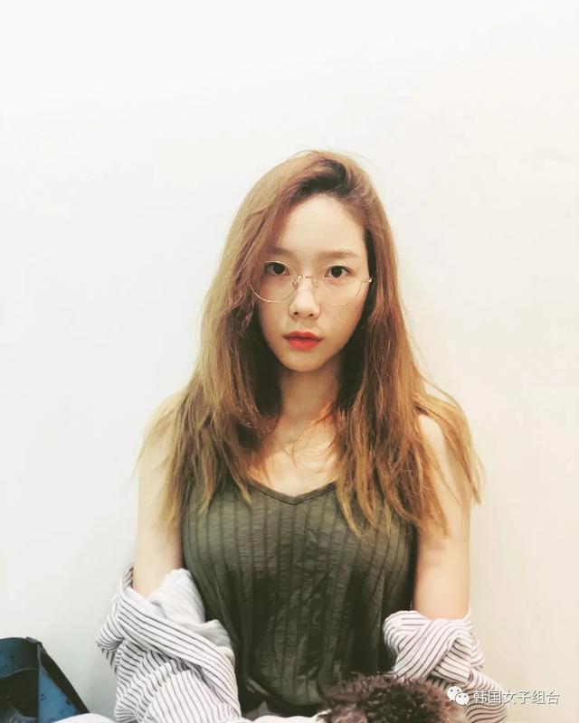 """戴眼鏡的泰妍,代言的允兒,Tiffany久違的""""一家三口""""休閒時光"""