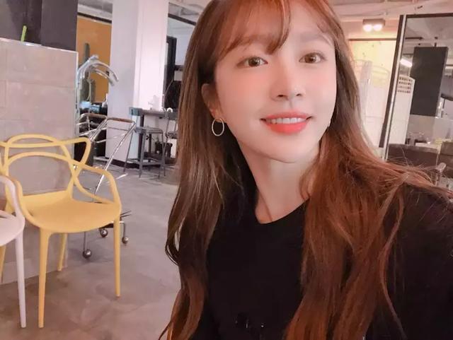 回歸在即,IOI出身的她從長髮飄逸剪成短髮,有點像秋小愛?