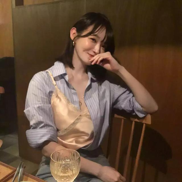 女偶像服裝搭配引熱議! 網友:這個穿法是怎麼做到的?