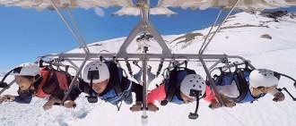 雪炫等乘坐滑翔傘 從雪山飛行而下