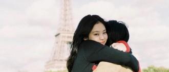 母親節JENNIE曬與媽媽合照 埃菲爾鐵塔下親密擁抱