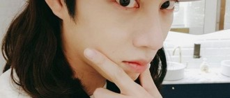 緊跟潤娥「保鑣以為是粉絲」擋下他 金希澈傻眼手摸胸:就這樣直接丟下我?