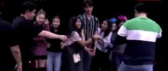 盤點曾經遇過瘋狂粉絲的偶像,AOA雪炫被男主持抱住也保持微笑!