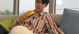 EXO 成員吳世勛公開了與愛犬vivi的有愛合照。