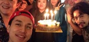 《Roommate》成員為李東旭慶祝生日 真的如同家人一般