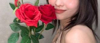 露背上衣秀性感身材!MOMO發與玫瑰合照感謝粉絲