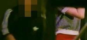 [影片] IU演出中一名男飯闖入舞台