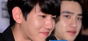 """記者問伯賢:""""作為EXO成員中唯一公開戀愛的成員,與女演員們合作,是否能在演技中投入好感情?"""