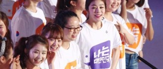 笑容燦爛的金妍兒與25名妍兒合唱團成員