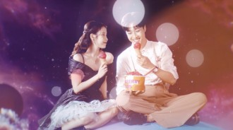 IU公開數碼單曲《strawberry moon》MV,早早席捲音樂排行榜榜首