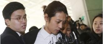 鄭俊英現身警處接受調查 面容憔悴不斷道歉