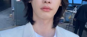 李鍾碩白衣造型帥氣似王子 懟臉自拍皮膚零瑕疵