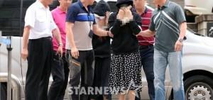 勒索 李秉憲 50億韓元 的兩名女子下午二人出現在了首爾瑞草區的首爾中央支院。